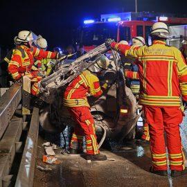 Feuerwehr befreit eingeklemmt Frau – Löschfahrzeug rutscht in den Graben