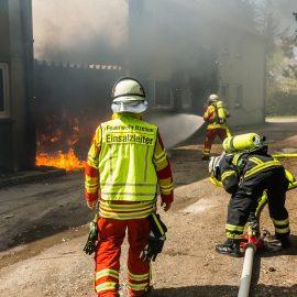 Carport brennt – Feuerwehr verhindert Übergreifen auf Wohngebäude