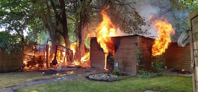 Gartenlaube brennt am Wohngebäude