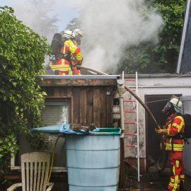 Garagenband: Feuerwehr rettet Person aus Haus