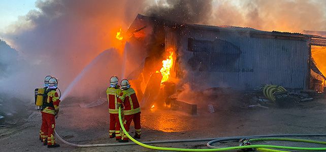 Großfeuer vernichtet Heu- und Strohlager