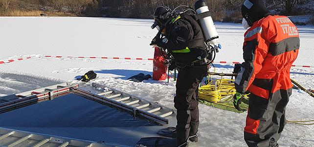 Feuerwehrtaucher unter dem Eis